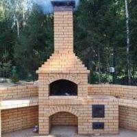 уличная печь с кирпичным дымоходом светлый кирпич фото