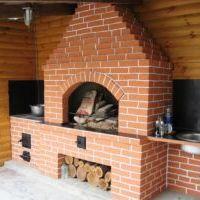дачная печь в открытом помещении красный кирпич с место под дрова
