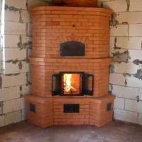 кирпичная печь с открытыми дверцами в новом доме