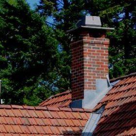 дымоход на крыше на фоне дерева фото
