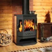 огонь в печи в гостиной рядом корзина с дровами фото
