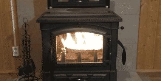 итальянская печь в доме в прихожей с дымоходом