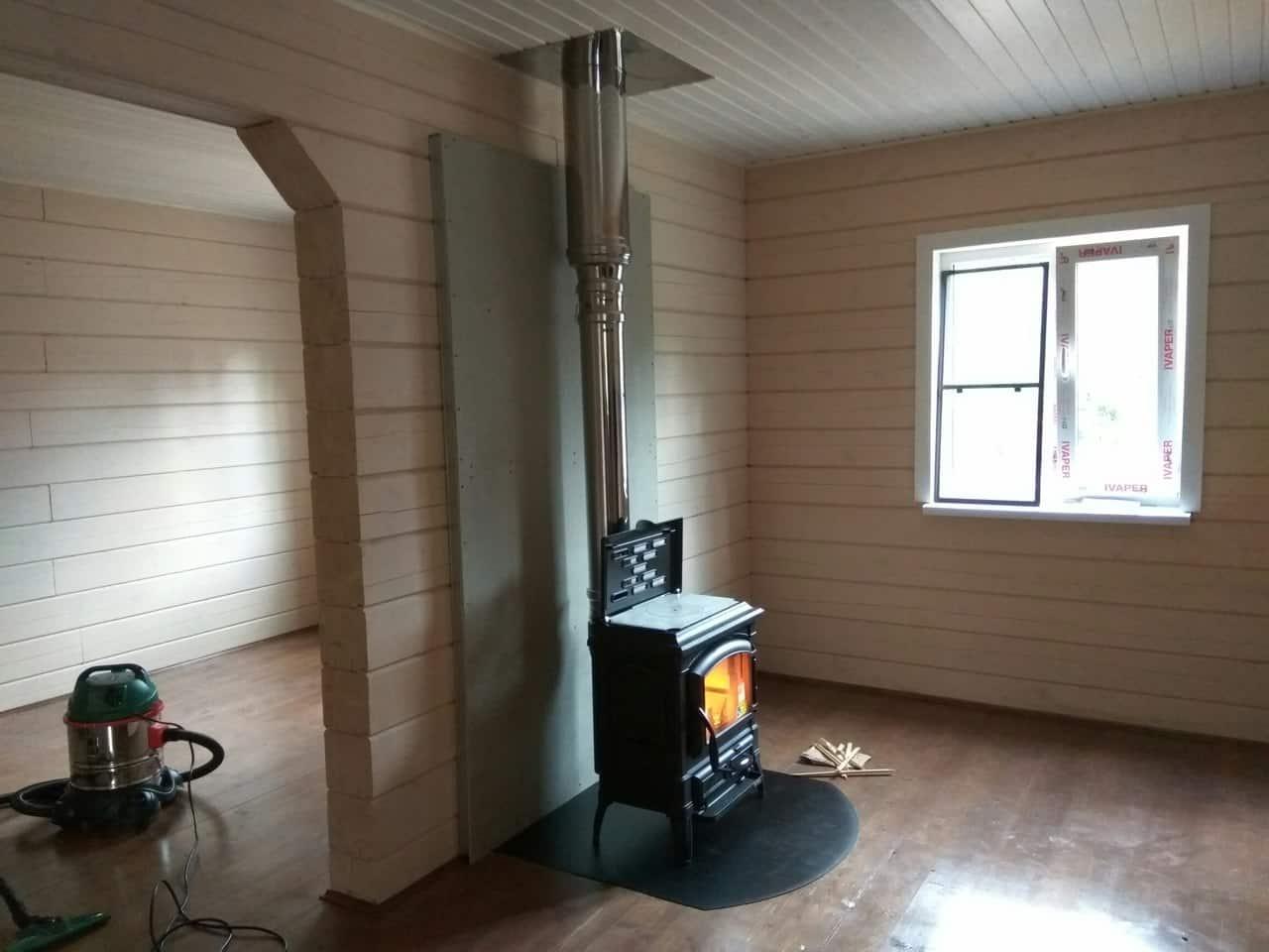 печь-камин со стальным дымоходом в коттедже