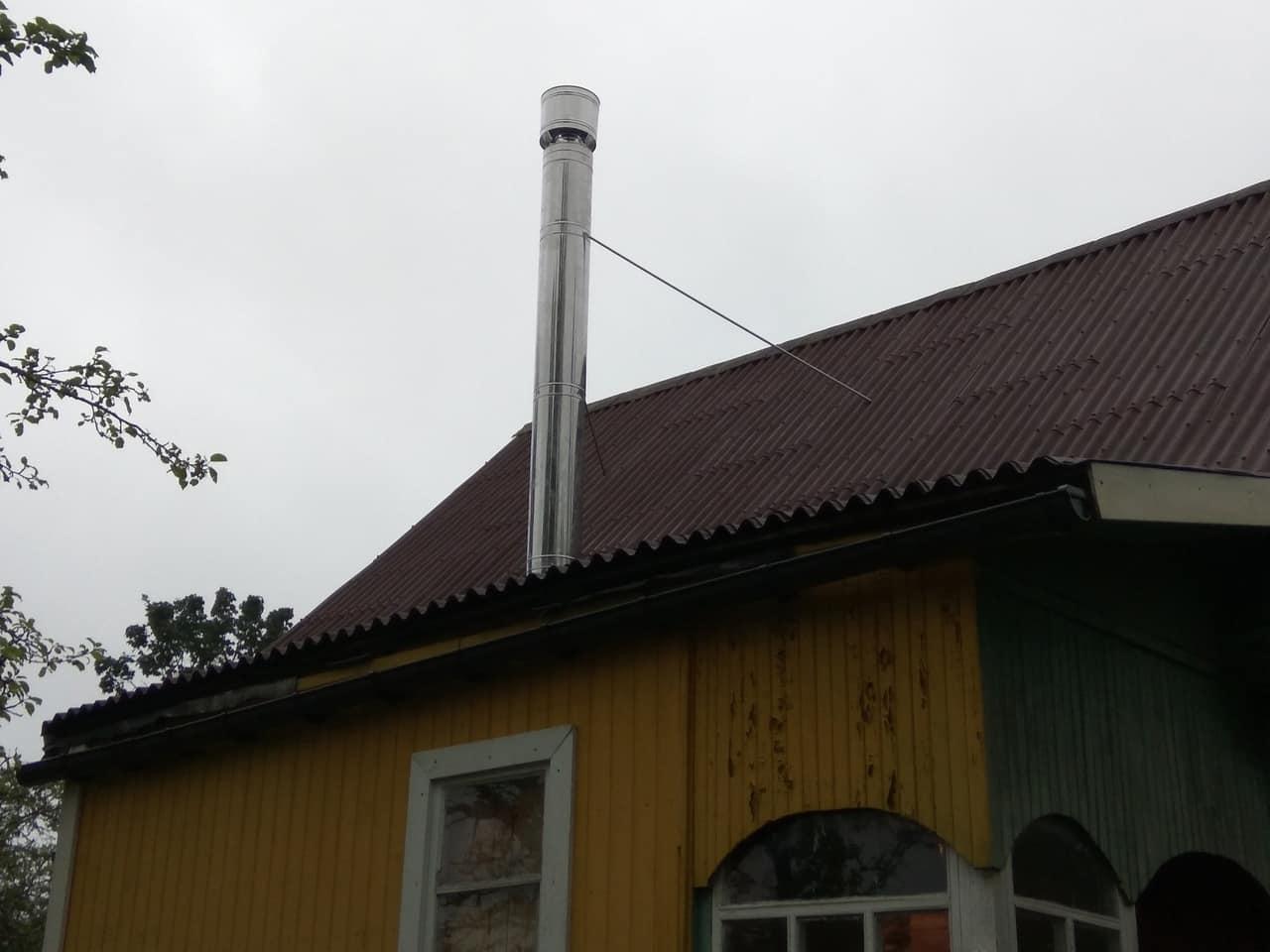 стальной дымоход на крыше загородного дома