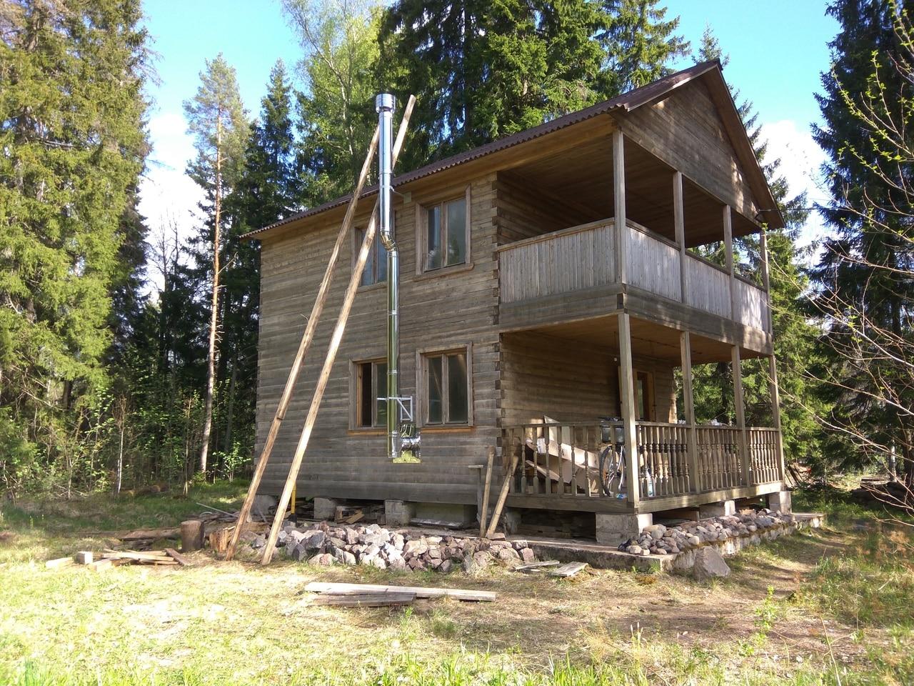 двухэтажный деревянный дом с балконом