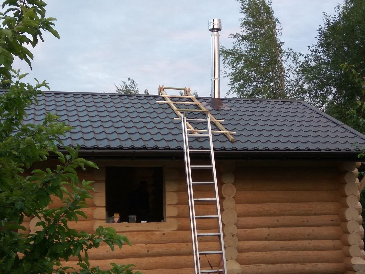 процесс установки стального дымохода в загородном доме